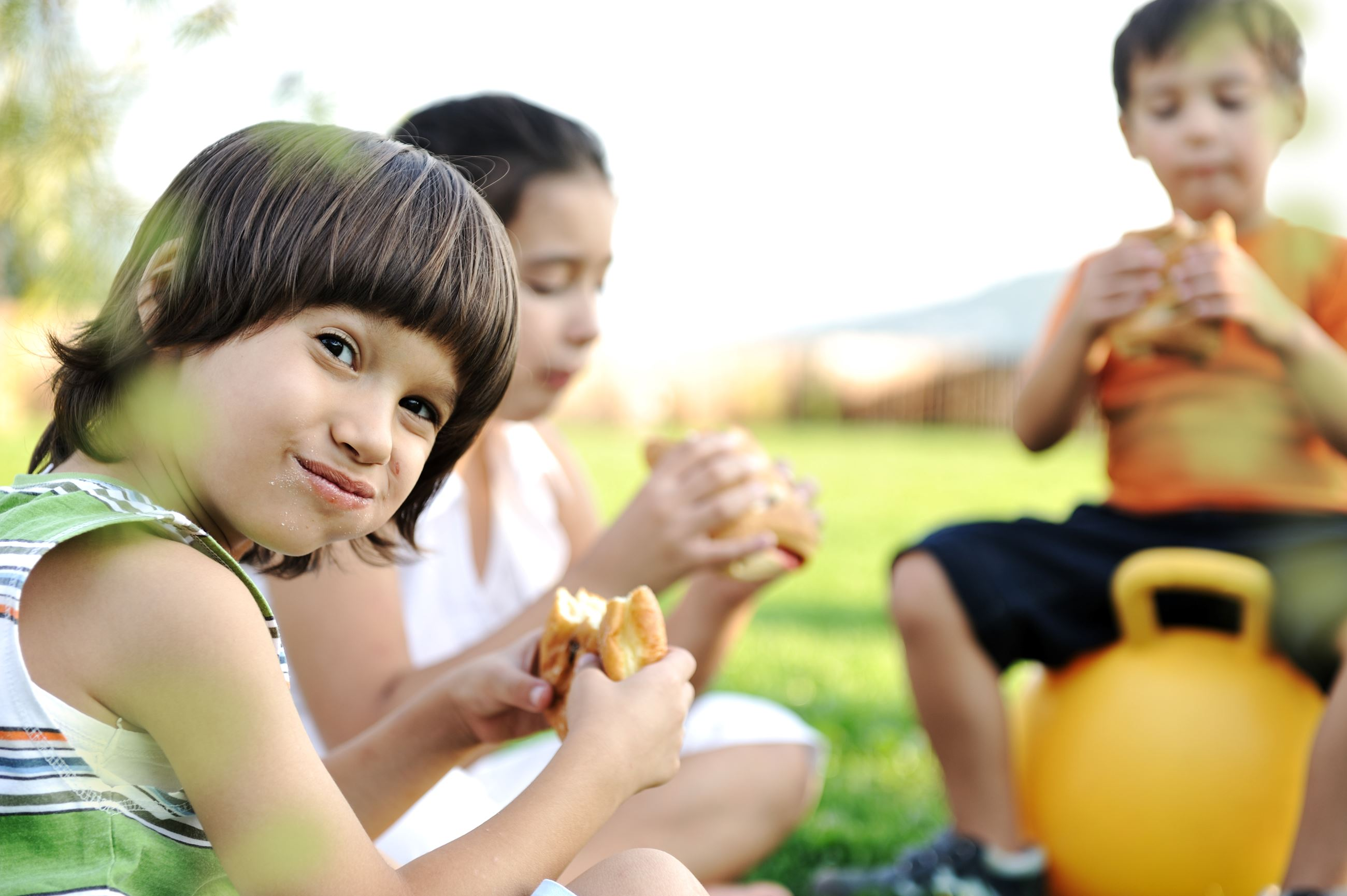 kids eating food image